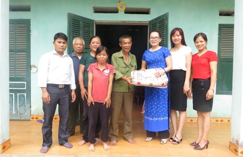 Tổ chức trao quà tri ân cho các gia đình chính sách, người có công với cách mạng